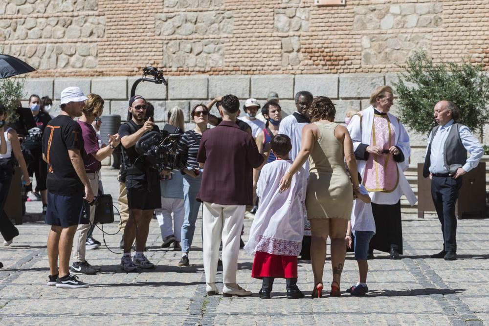 Momento del rodaje acompañados de dos niños, uno de ellos vestido de monaguillo. Al fondo dos actores vestidos de cura.