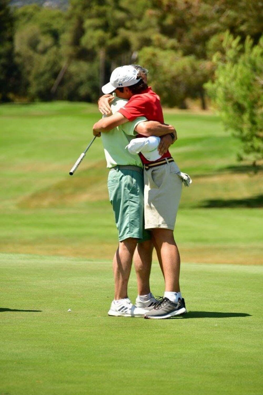 Gonzalo se abraza a su padre tras proclamarse campeón de España infantil.