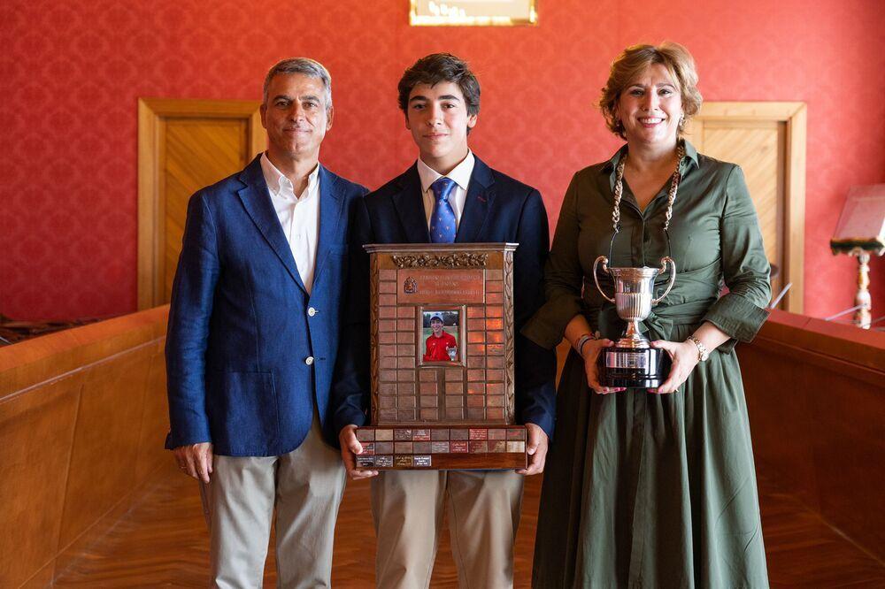 Gonzalo Rodríguez posa con sus padres y los trofeos de campeón en la recepción que le brindó el Ayuntamiento de Tomelloso.