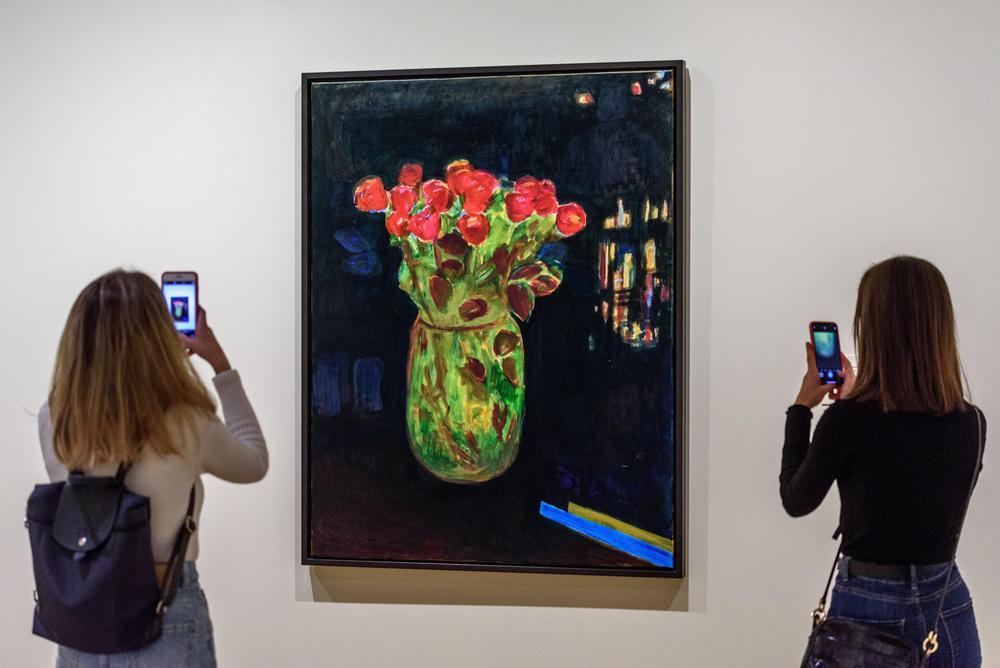 Dos asistentes fotografían la obra 'Übernachtung in Nairobi', de Caro Niederer.