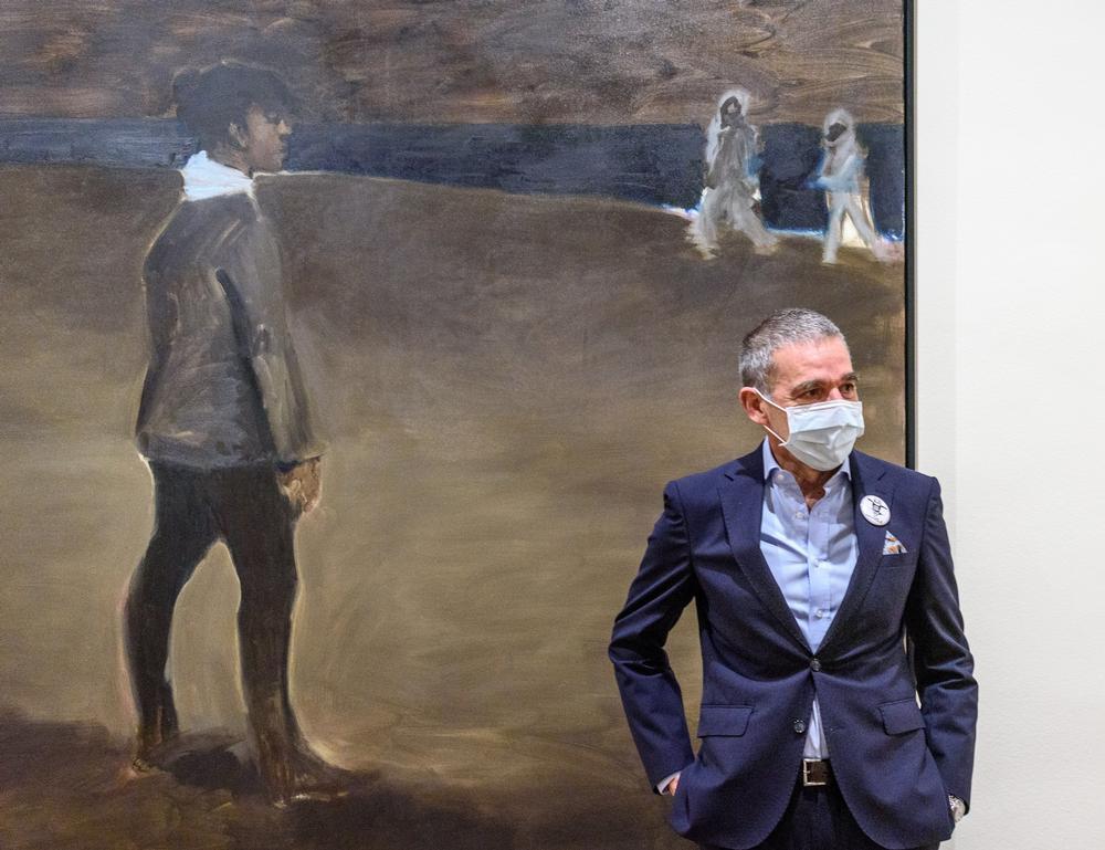 El coleccionista vasco José Ramón Prieto, junto a la pintura que da nombre a la muestra, 'Womanology', de la pintora y escritora Lynette Yiadom-Bookye.