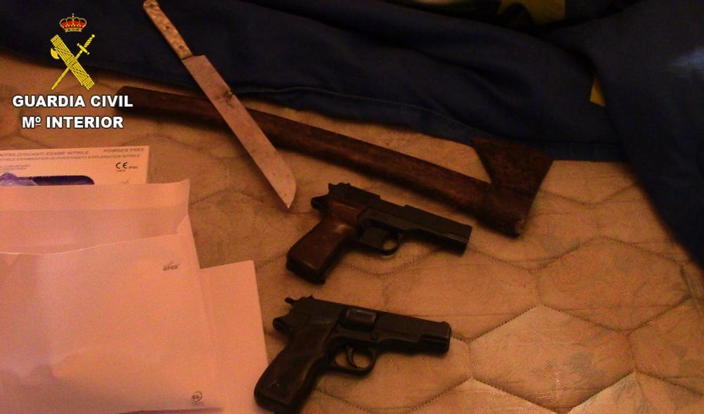 Imagen de las dos armas de fuego simuladas.