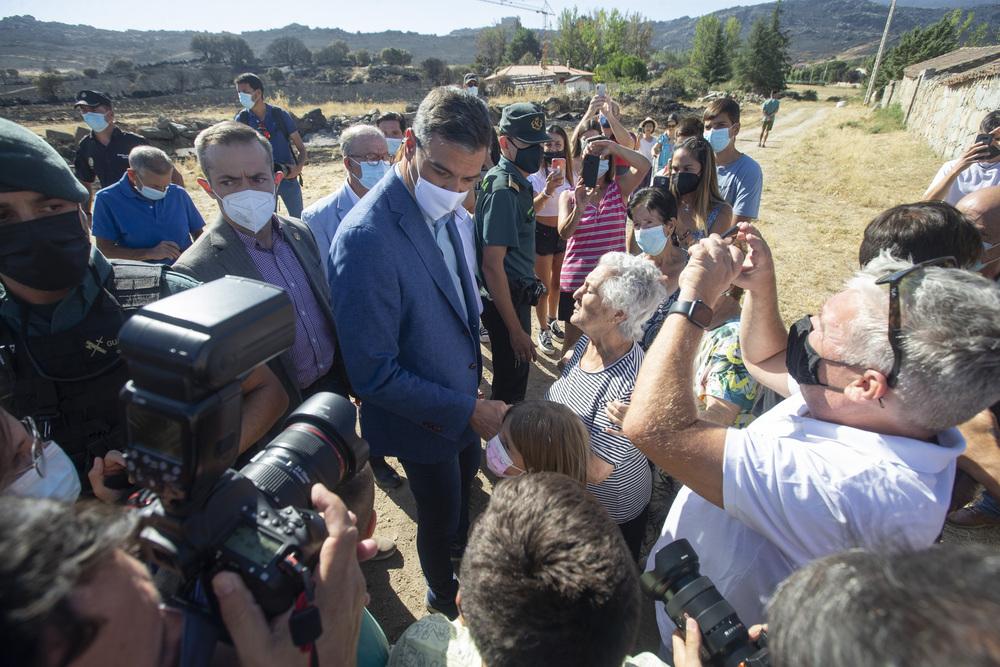El Presidente del Gobierno visitó zonas afectadas por el incendio.