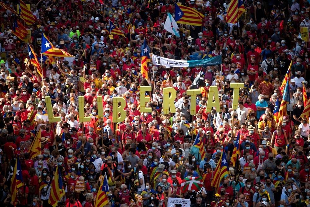 Miles de personas y poca distancia en la marcha de la Diada