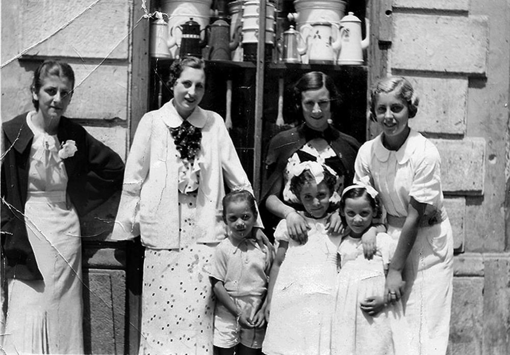 De izda. a dcha., Paquita Salazar, las hermanas Adela y Josefina Martínez Suárez y Aida Salazar, en los años 30 en el escaparate de la Ferretería Hijos de Patricio Salazar, fundada en 1922.