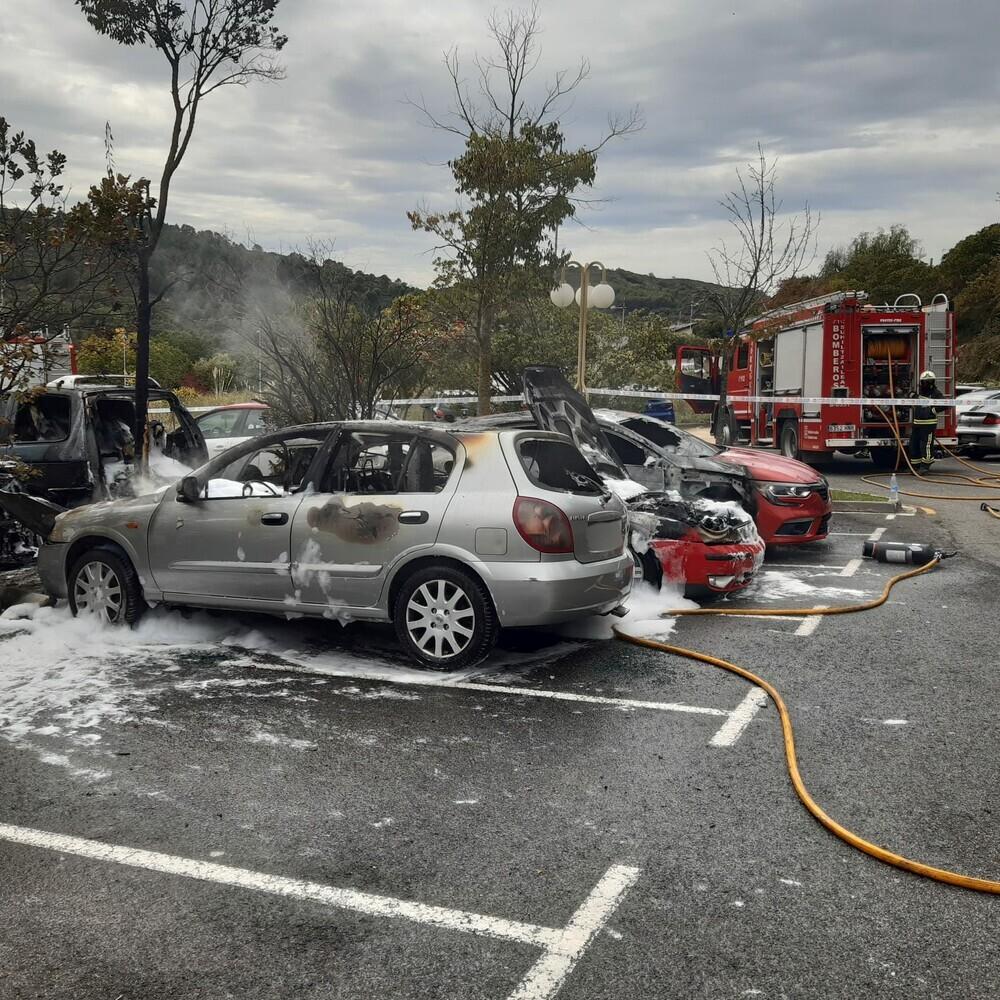 Arden cinco coches en el parking de la residencia de Estella