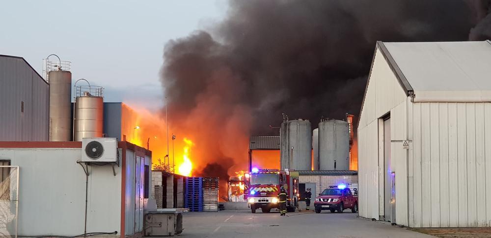 imagen del incendio declarado en Hera Holding de Venta de Baños.