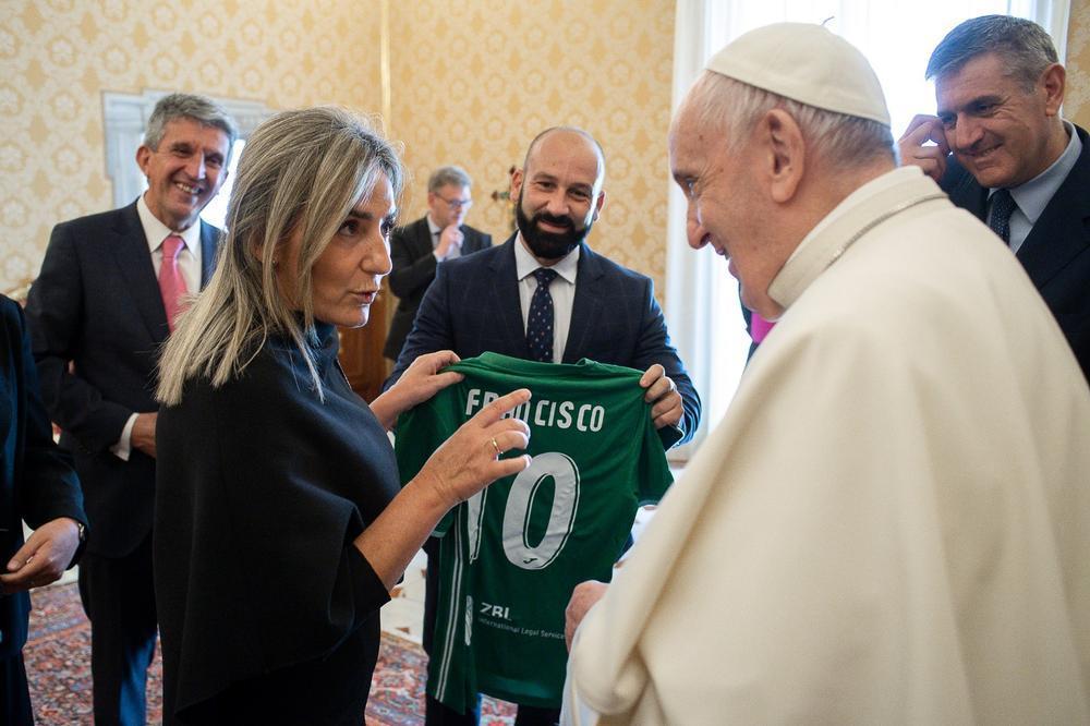 Tolón entrega al papa Francisco una camiseta del CD Toledo