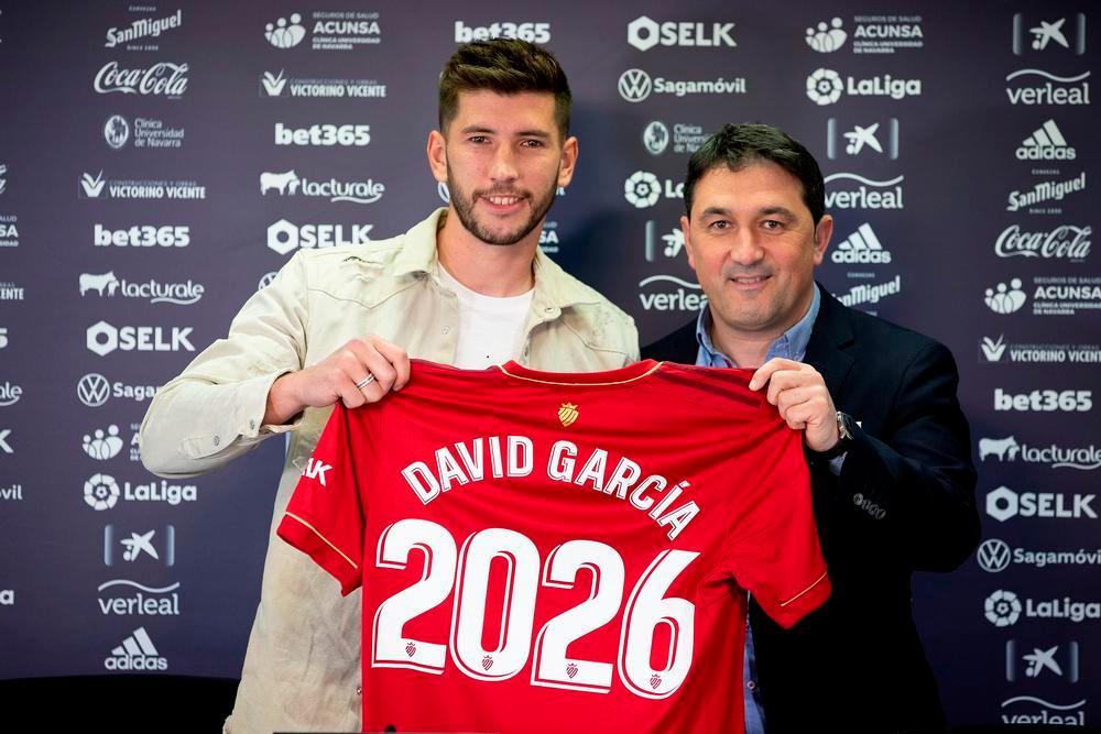 David García y Braulio Vázquez posan con la camiseta conmemorativa de la renovación del defensa