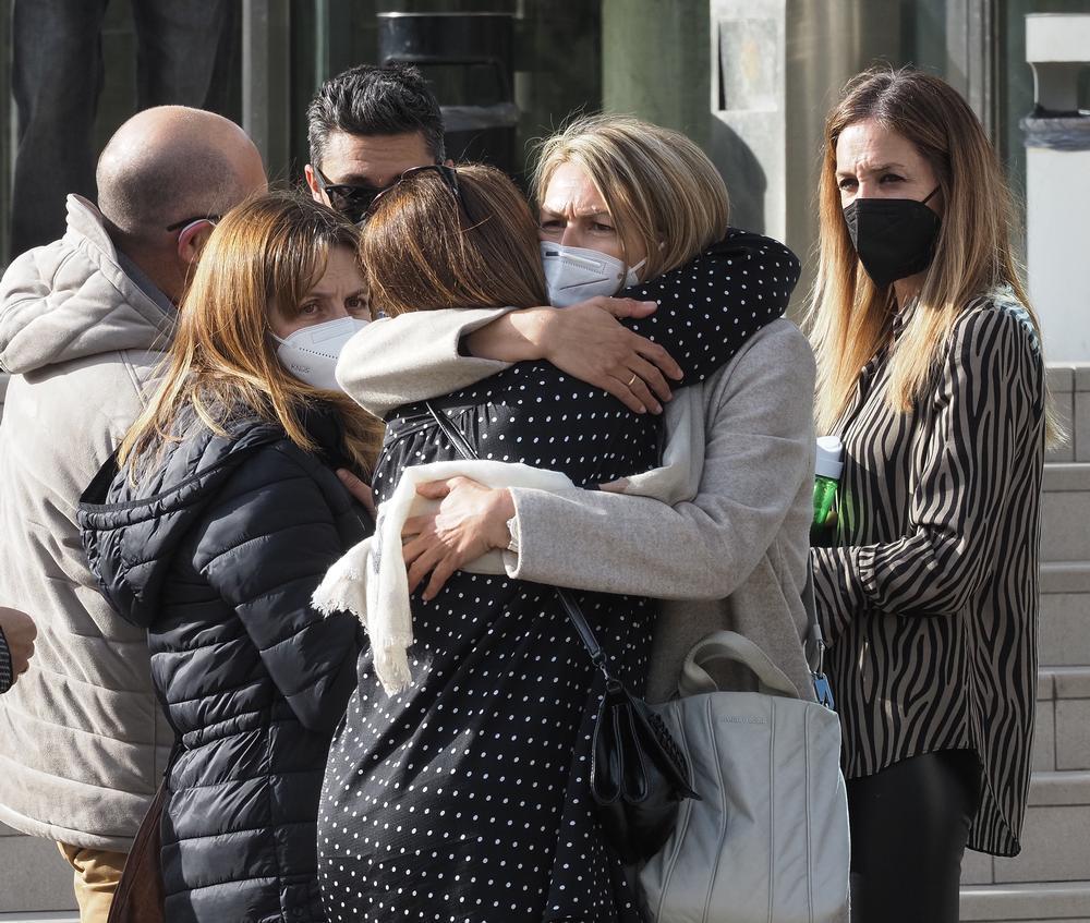 Llegada de familiares y amigos de Roberto Fraile, asesinado en Burkina Faso, al tanatorio en Valladolid