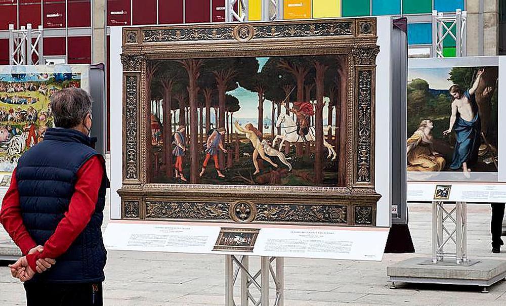 Un hombre contempla una de las obras en la Plaza de la Concordia.