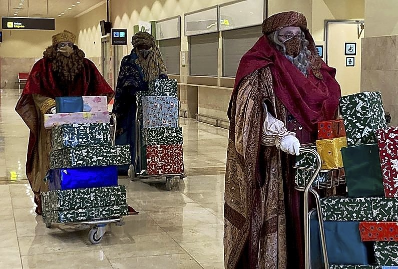 Cargados de regalos se pudo ver a los Magos también en Badajoz, adonde llegaron en avión.