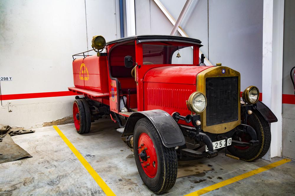 camión de bomberos antiguo de ciudad real, zapatones, camión antiguo que utilizan para regar la plaza de toros de ciudad real llamado o conocido como Zapatones, zapatones