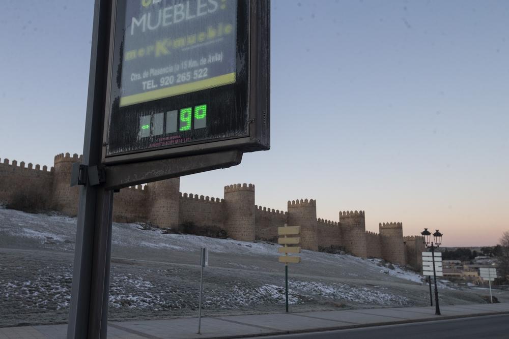 FrÁo, baja temperatura, cesped de la muralla congelado, termometro.