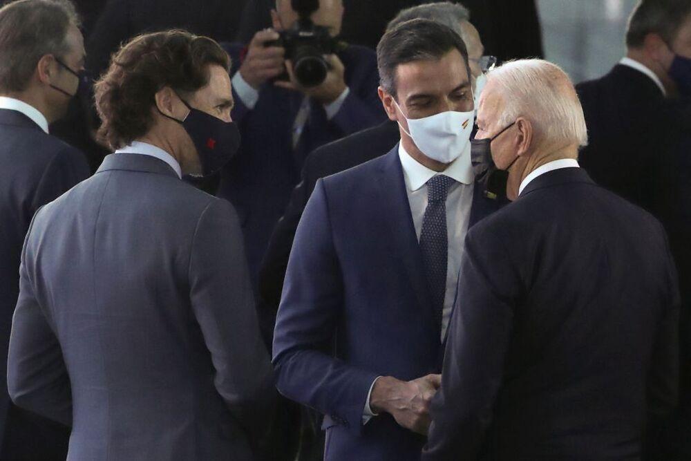 Sánchez y Biden conversan durante 30 segundos en un pasillo