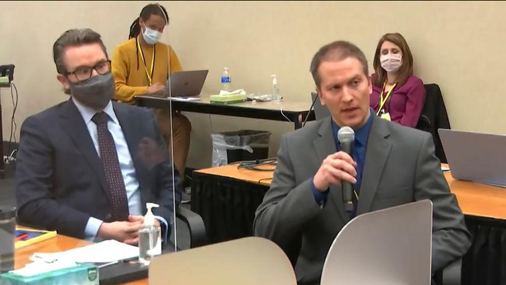 El abogado Eric Nelson (a la izquierda) y su cliente, el expolicía Derek Chauvin, en el juzgado del condado de Hennepin, Minneapolis,