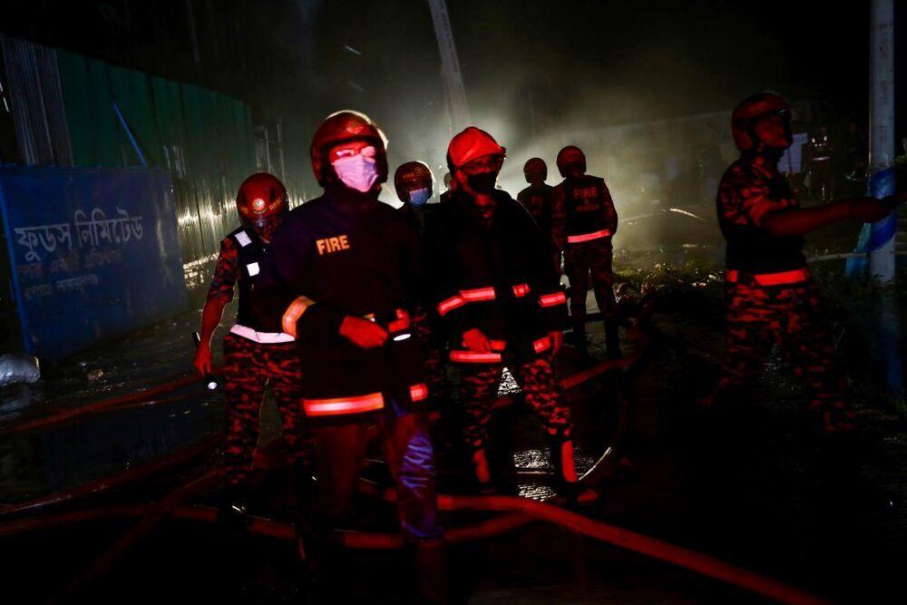 Al menos 52 muertos en un incendio en una fábrica de Bangladesh