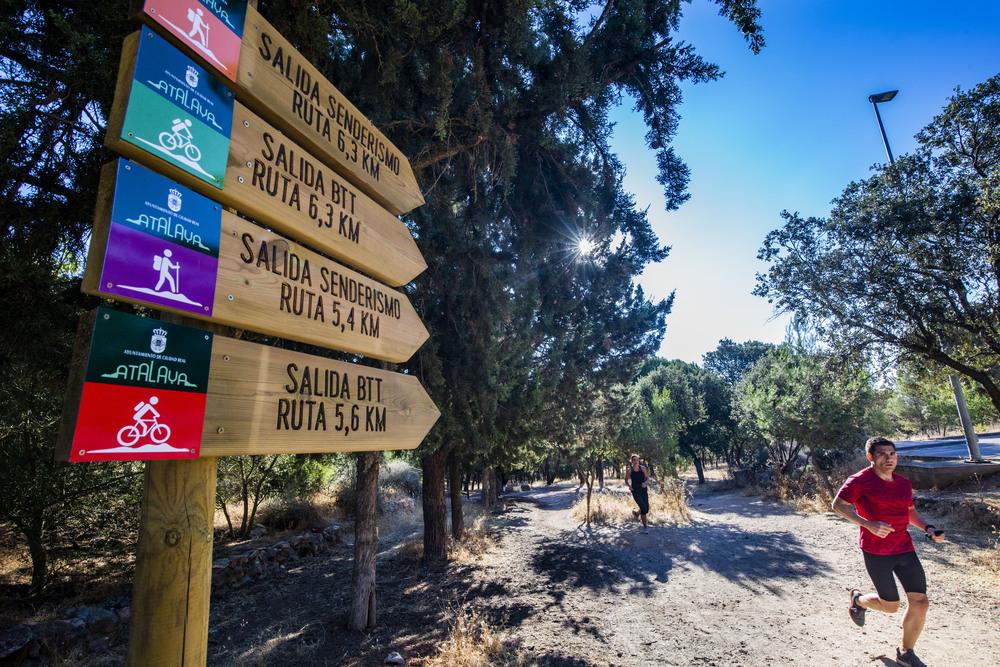 Reportaje en la Atalaya sobre las rutas senderistas nuevas rutas trail y bbt, con la concejala MarÁa Boadella, y caRMARAS DE VIGILANCIA NUEVAS