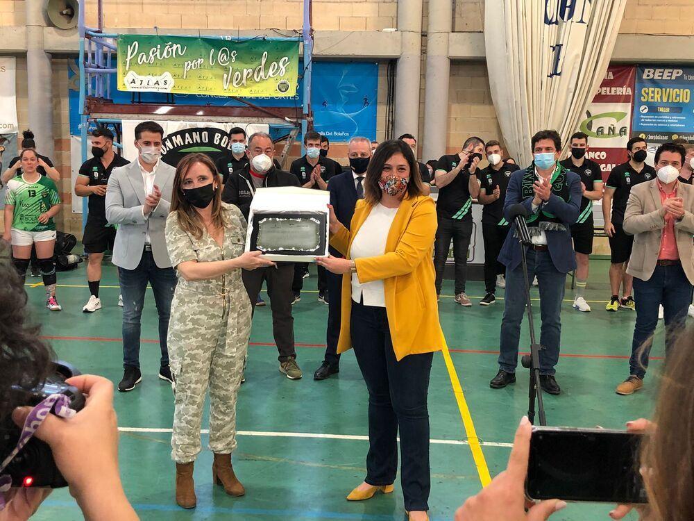 El BM Bolaños recibió la Placa al Mérito Deportivo de la Junta, que recibió su presidenta, Ana Almansa, de manos de la viceconsejera Ana Muñoz..