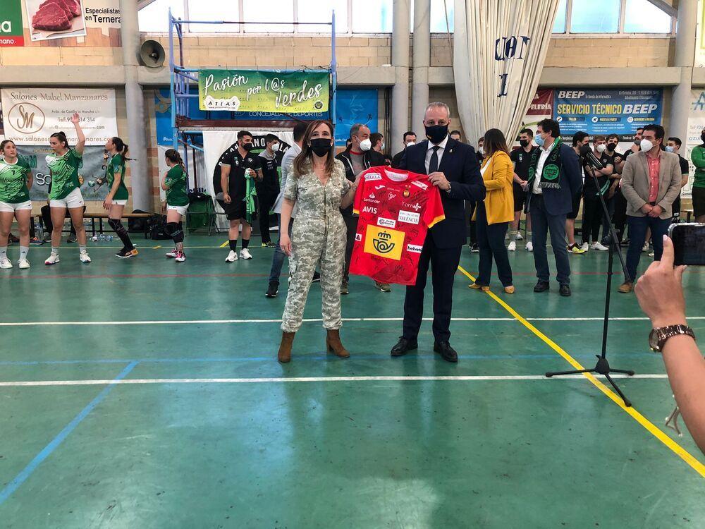 El presidente de la Federación Española de Balonmano, Francisco Blázquez, regaló al club bolañego una camiseta de las 'guerreras'.