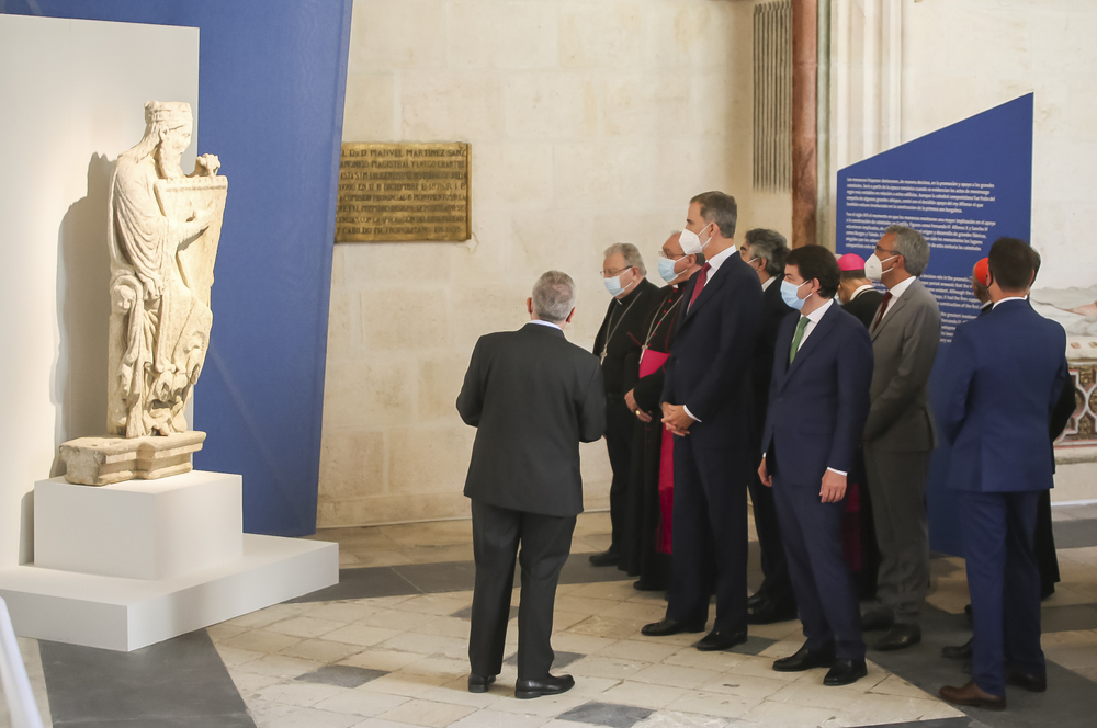 El rey escucha las explicaciones de una de las piezas que se puede ver en la exposición.