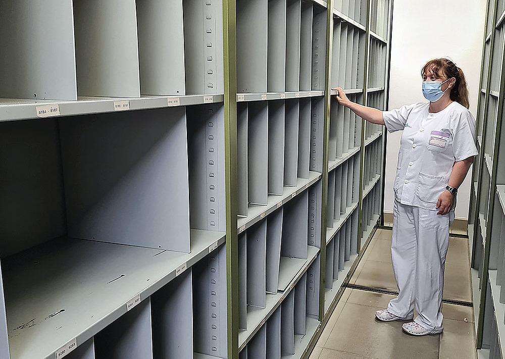 Las encargadas del archivo miran las estanterías vacías después de semanas de duro trabajo.