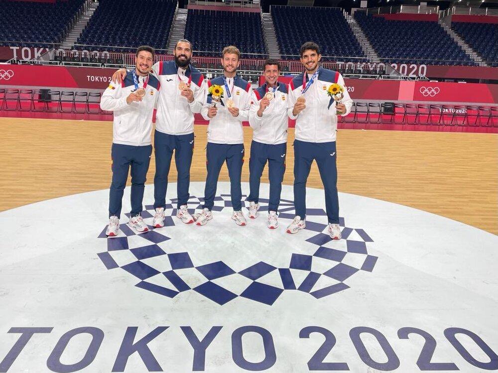 Jesús Rivilla (segundo por la derecha), con los otros manchegos de los 'Hispanos', entre ellos el ciudadrealeño Miguel Sánchez (a la derecha), con el bronce olímpico de Tokio.
