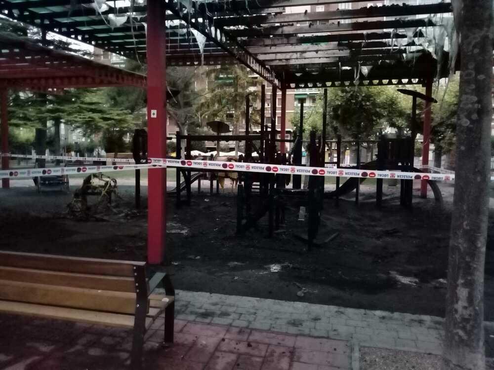 Queman una zona de juegos en el parque Antonio Machado