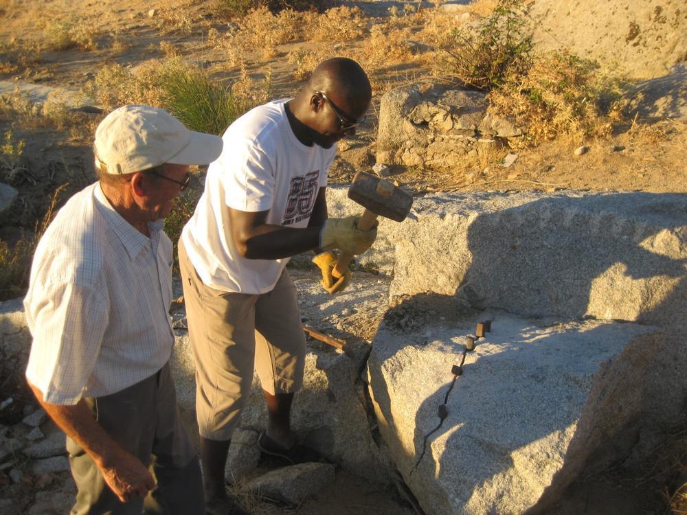 Benito Aldea formando a un sacerdote camerunés en el arte de la piedra