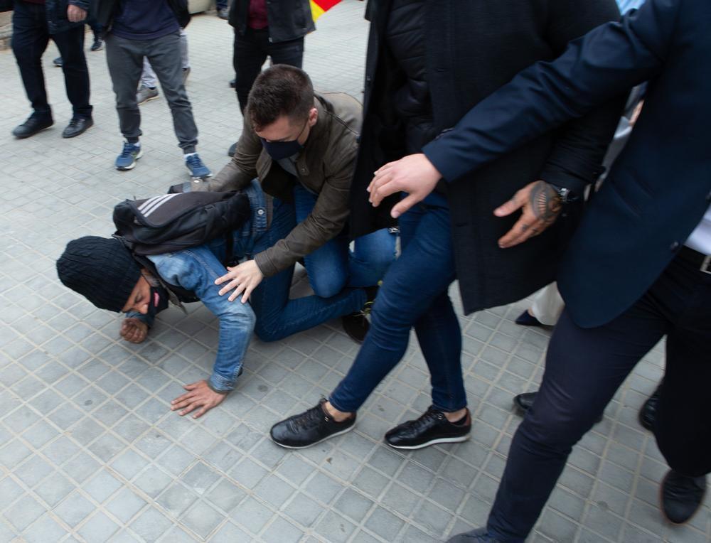 Un hombre intenta agredir a Abascal antes de entrar al Parlament