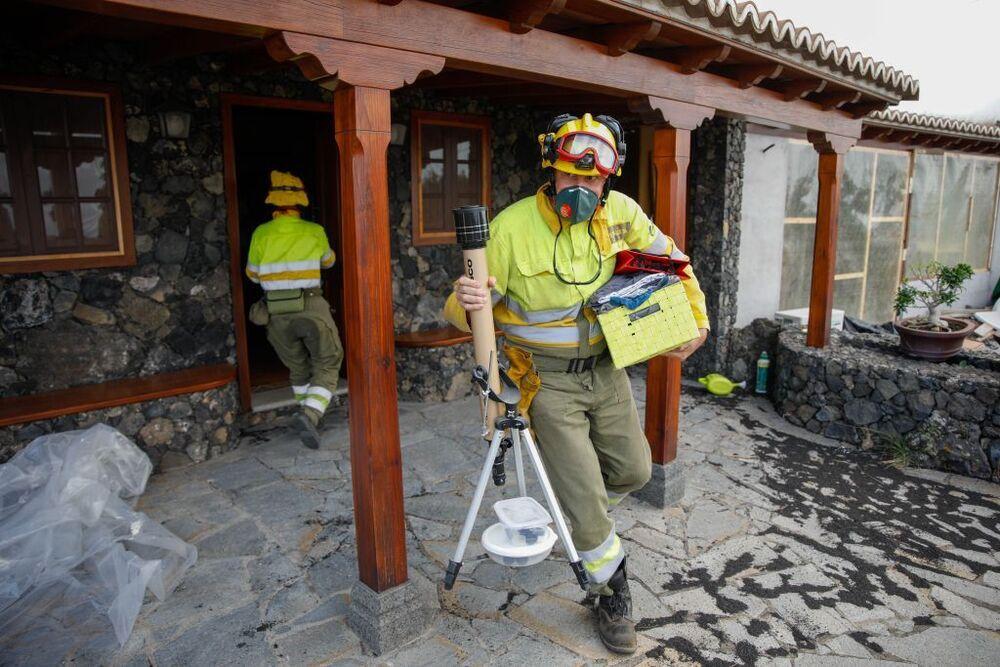Los bomberos echan una mano para que se minimicen las pérdidas.