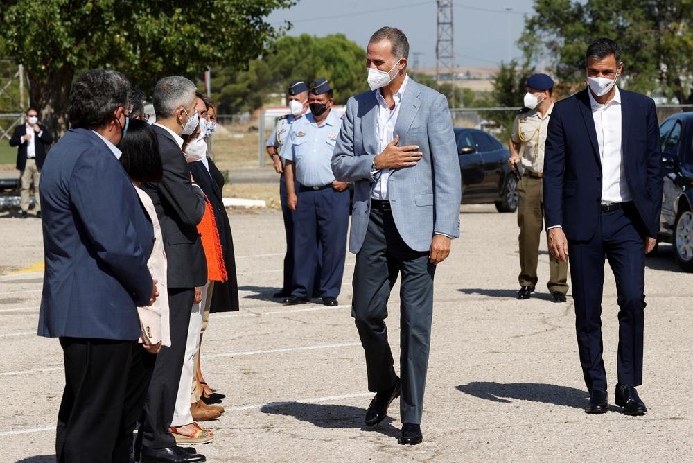 El Rey Felipe VI saluda a los ministros en presencia del presidente del Gobierno, Pedro Sánchez (d)