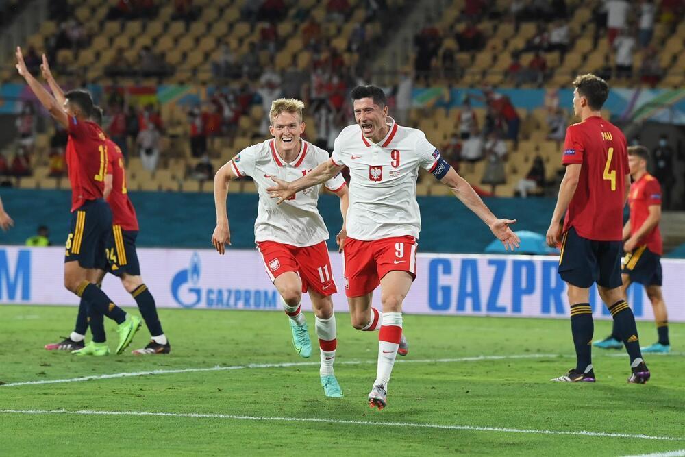 Lewandowski y el poste frustran a España