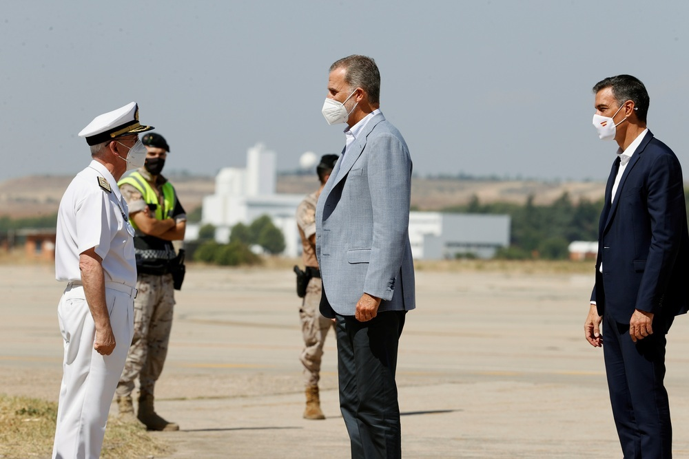 El Rey Felipe VI y el presidente del Gobierno, Pedro Sánchez, durante su visita este sábado al centro de acogida temporal instalado en la base de Torrejón de Ardoz