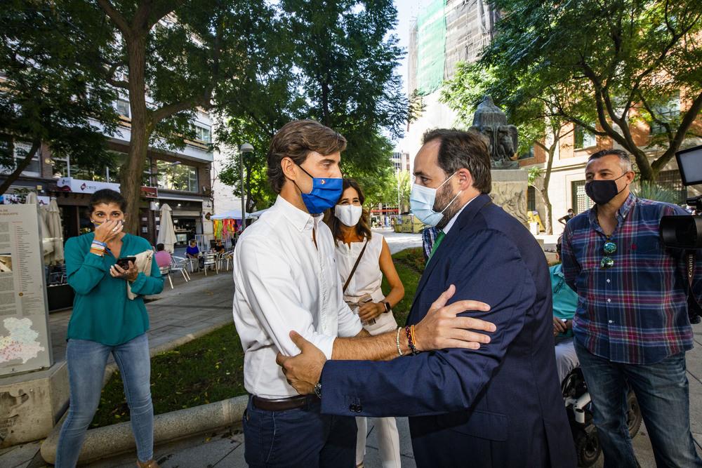 Pablo Montesinos (izquierda) y Paco Núñez se saludan en la plaza de Cervantes de Ciudad Real.
