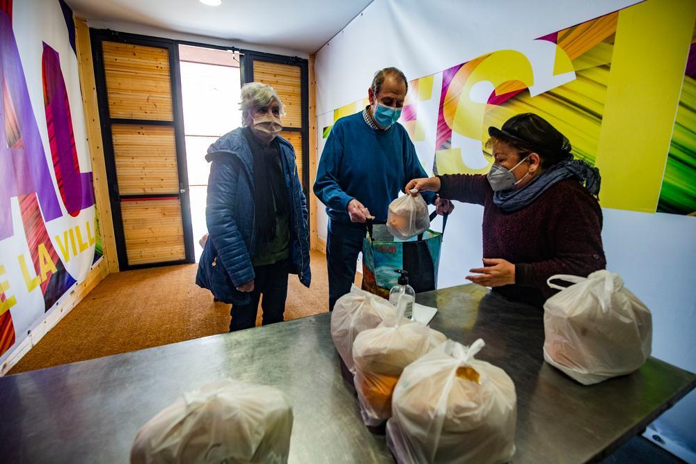 reportaje en Corral de Calatrava sobre la comida a domicilio subvencionada por la Diputación, gente cofiendo los menus de comida elaborados en el comedor social de Corral de Calatrava, comida a domiciñio en Corral de Calatrava