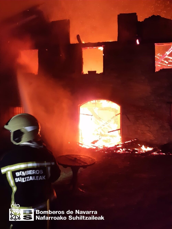 Las llamas arrasan una casa rural en Lekumberri