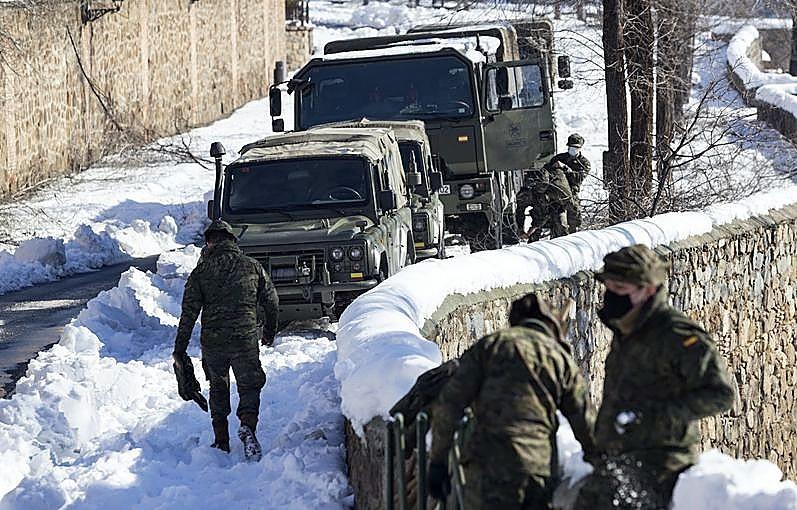 Militares, bomberos y operarios limpian 200 km de calles