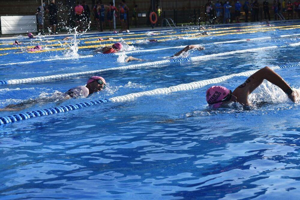 Un grupo de nadadores, en el segmento de natación.