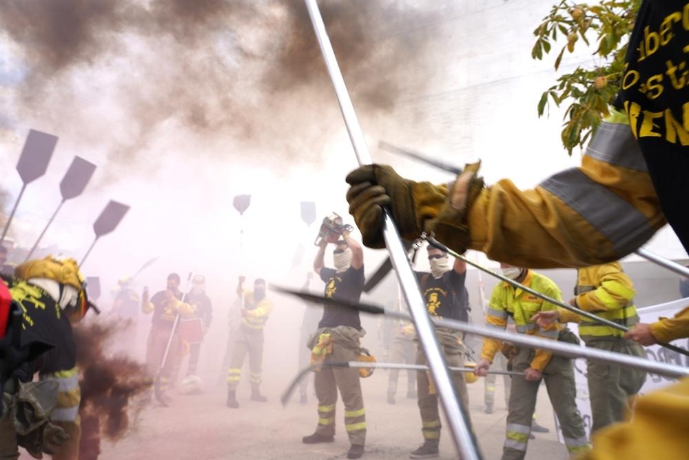 UGT y el colectivo de Bomberos Forestales se concentra para reclamar la Ley del Fuego y el reconocimiento de la categoría de bombero forestal.