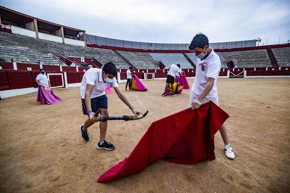 reportaje de la  escuela taurina de Alcazar de San Juan, tor, toros, escuela taurina de alcazar, niños aprendiendo a torear, niños con la muleta y el capote