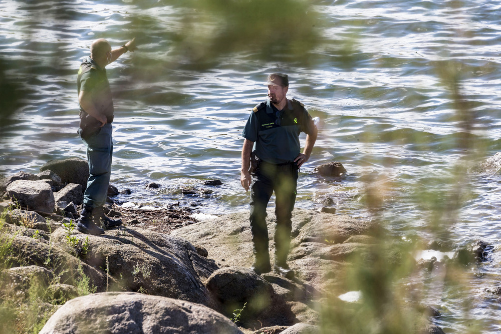 Dos agentes baten la orilla del pantano Guajaraz, ayer en Argés.