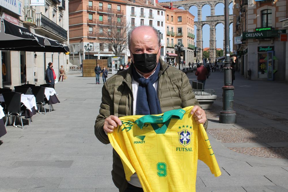 Heliodoro Albarrán, uno de los artífices, posa con una camiseta de Brasil que conserva.
