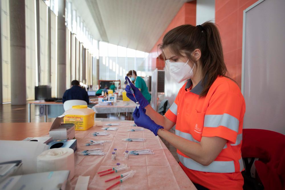 El viaje de las vacunas. Preparando los viales de vacunas Pfizer en el Centro Cultural Miguel Delibes
