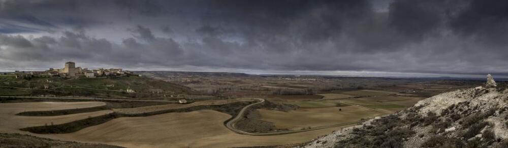 La silueta de Haza, acariciando las nubes, desde su privilegiada atalaya.