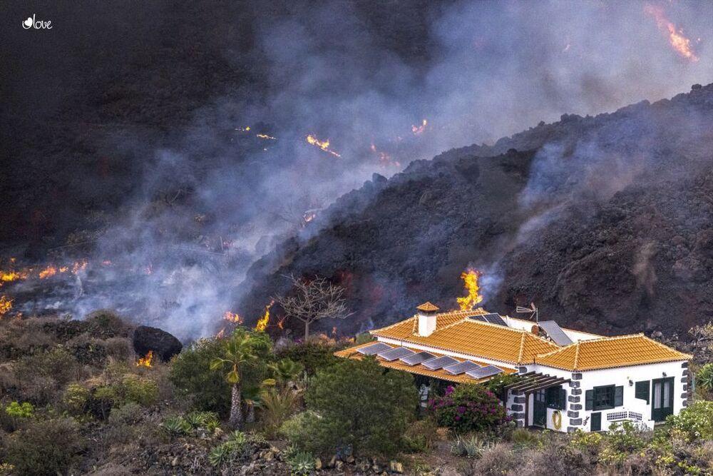 La lava continúa su paso lento pero firme y devastador hacia el mar.