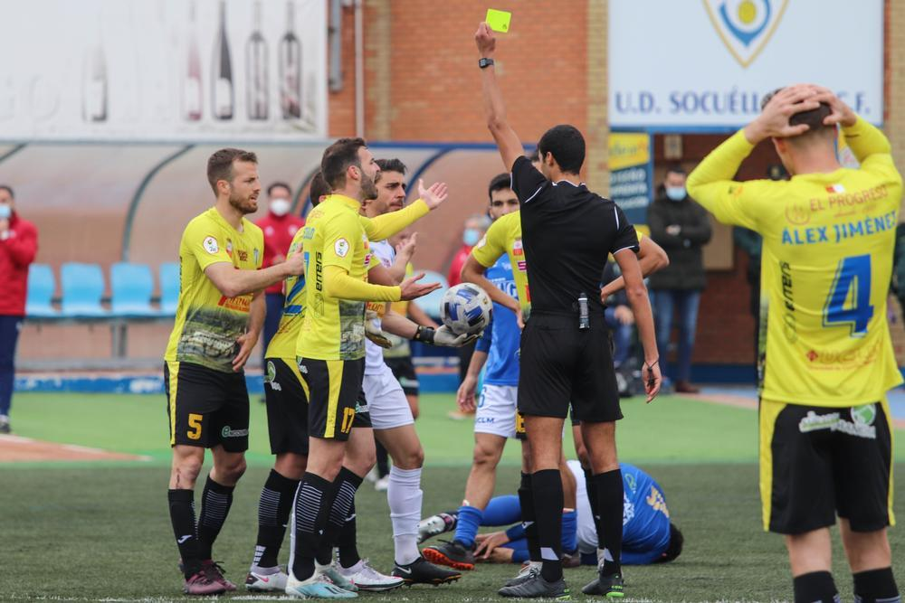 El árbitro muestra amarilla a Xabi Irureta en la acción del penalti sobre Jacinto (en el suelo).