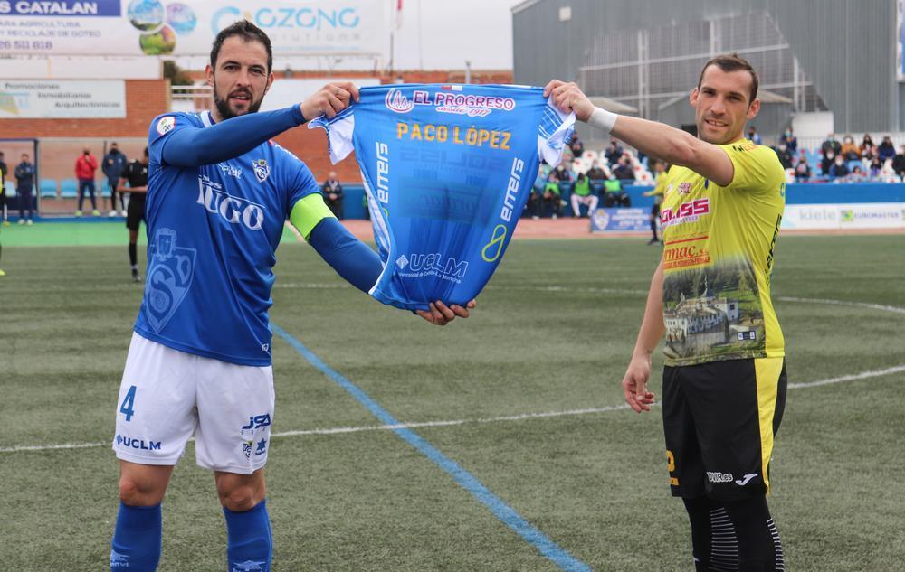 Carlos García (derecha) hizo entrega al capitán del Yugo UDS, Jacinto, de una camiseta del conjunto villarrubiero con la inscripción en la espalda de 'Paco López' en memoria del directivo socuellamino fallecido.
