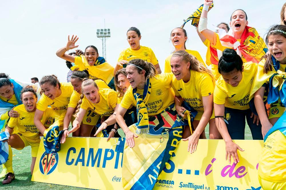 La bolañega, festejando el ascenso con la bandera de Castilla-La Mancha.