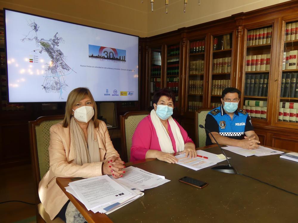 La alcaldesa de Segovia, Clara Luquero, en el centro; la concejala de Seguridad, Raquel de Frutos, y el intendente-jefe de la Policía Loca, Julio Rodríguez.